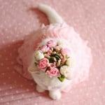 Котката Ура с капела на цветя