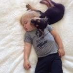 Куче и бебе спят заедно