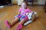 Куче с една предна лапичка стана обичан подарък на момиченце без крачета