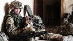 Куче лежи с войник