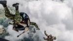 Куче с войници на въздушна мисия