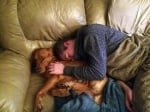 Куче спи със стопанина си