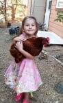 Малка принцеса с кокошка