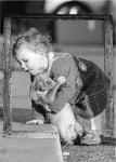 Малко дете с малко кученце