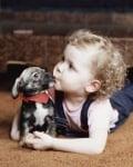 Малко детенце с малко кученце