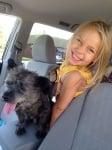 Малко кученце с момиченце