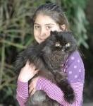 Малко момиченце с котка на два крака