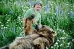 Мечка гризли си играе с Кейси Андерсън