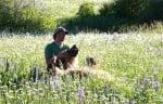 Мечката гризли Брут на поляна с Кейси Андерсън