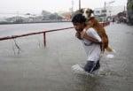 Момче носи кучето си