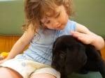 Момиче с черно куче