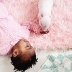 Момиченце и прасенце