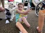 Момиченце и кученце без крачета