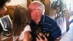 Момиченце подарява кученце на дядо си