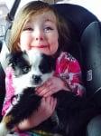 Момиченце с черно кученце