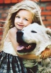 Момиченце с куче