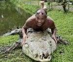 Мъж с крокодил