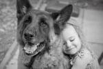 Немска овчарка с дете