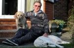 Незрящ човек с двете си кучета водачи