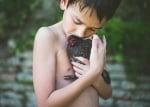 Дете с черно пиле