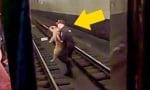 Руски полицай спаси куче от релсите на метрото, секунди преди да дойде влакчето