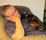 Спи на дивана с котката си