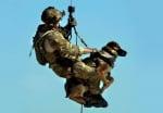 Спускане на куче от хеликоптер