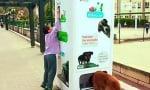 Улична машина събира бутилки за рециклиране и в замяна храни бездомните кучета