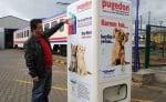 Улична машина в турция дава храна на бездомните кучета срещу бутилки за рециклиране
