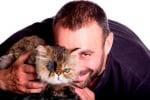 Усмихнат Калин Вельов с котка