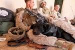 Войници си почиват с куче