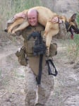 Войник носи кучето си