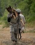 Войник носи немска овчарка
