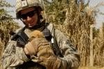 Войник с малко кученце